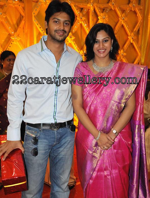 Vandana Tamil Actor Srikanth Wife In Diamond Necklace Set