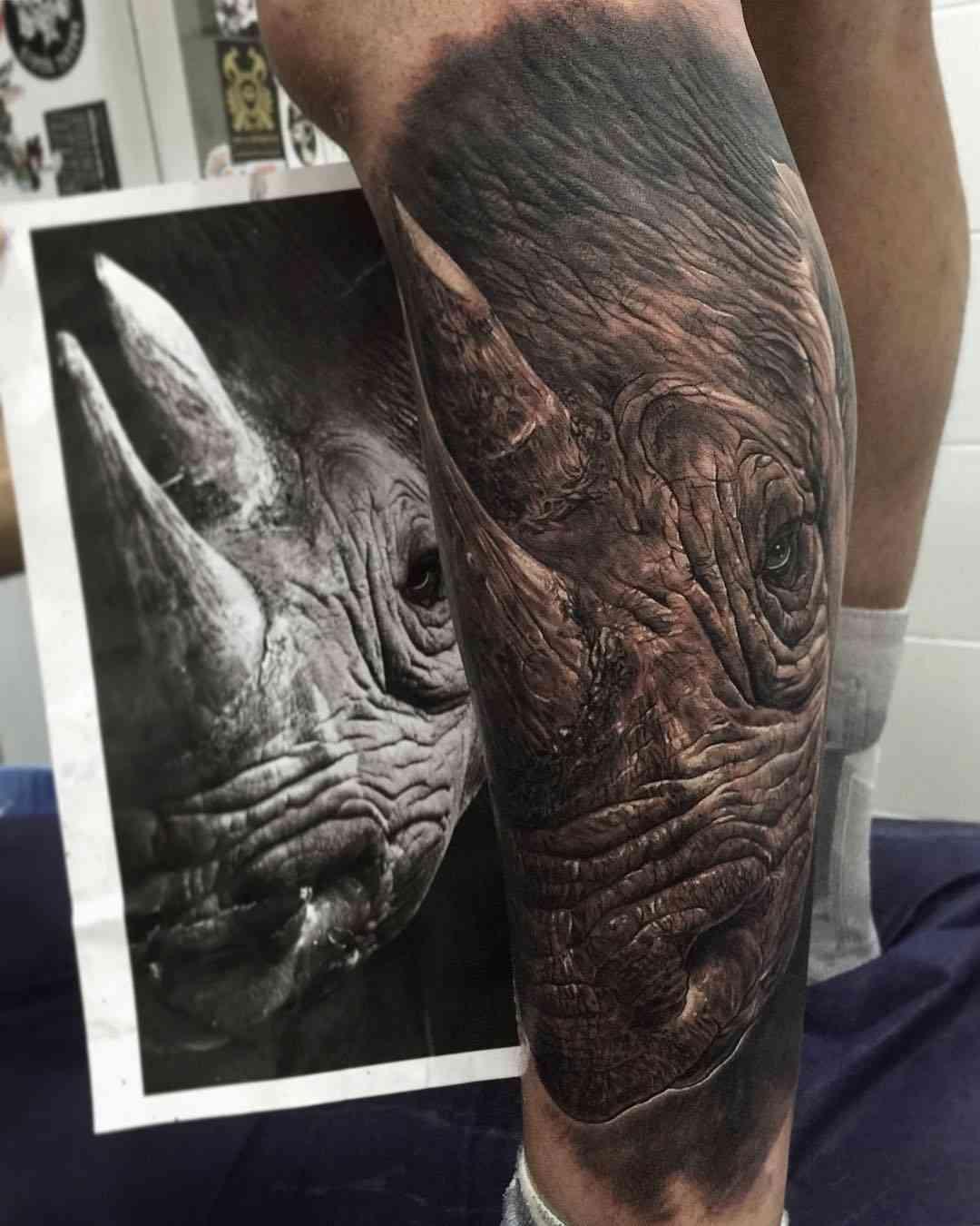 Vemos un tatuaje en blanco y negro de rinoceronte