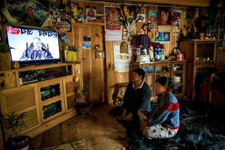 Televizyon ve internetin kullanımı 1999'a kadar yasaktı, bu yasak kral tarafından kaldırıldı.