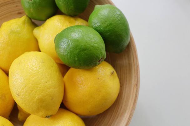 أفضل طريقة لحفظ الليمون بالثلاجة بالشهور