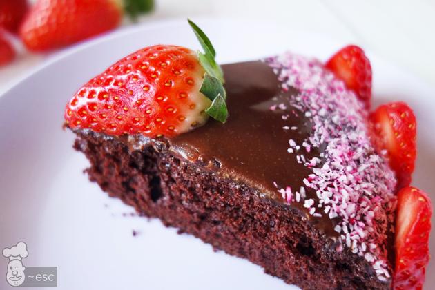 porción de tarta de chocolate con glaseado de nutella fácil