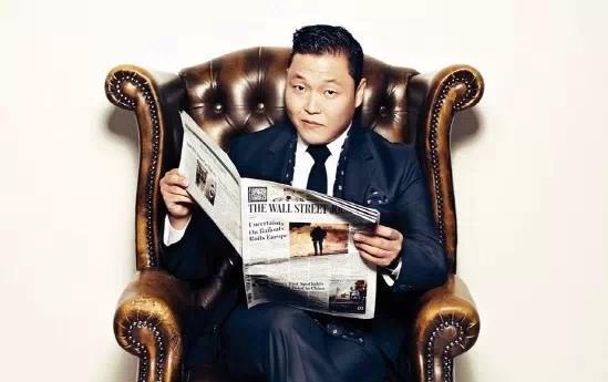 Psy leyendo un periódico