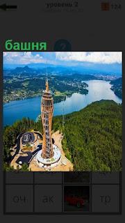 Стоит феноменальная высокая башня со шпилем