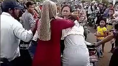Ibu-ibu baku hantam di jalan raya