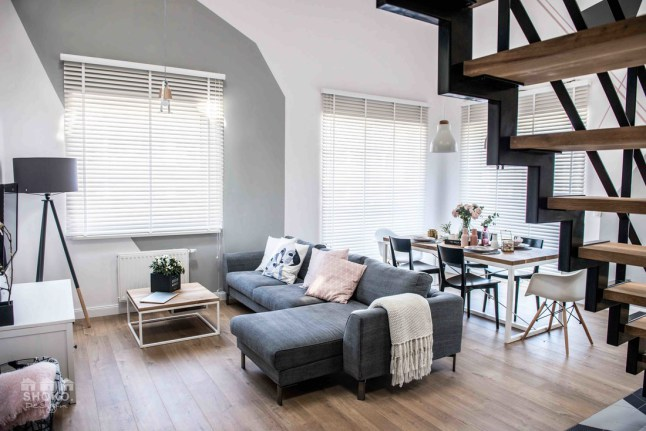 casa-estilo-geometrico-decoracion-nordica-alquimia-deco-escandinava-blanco-colores-interiores-blog-salon-sofa-gris-escaleras-madera-