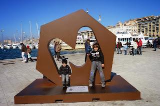 Izan y Joel en el viejo Puerto de Marsella.