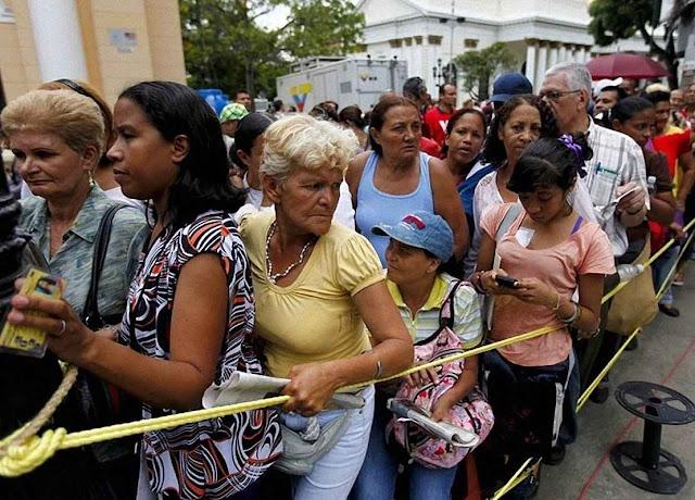 No supermercado Unicasa, no bairro de Cumbres Curumo de classe média alta, Caracas, a notícia da chegada de leite em pó gerou instantaneamente filas para conseguir 4 pacotes o máximo permitido.