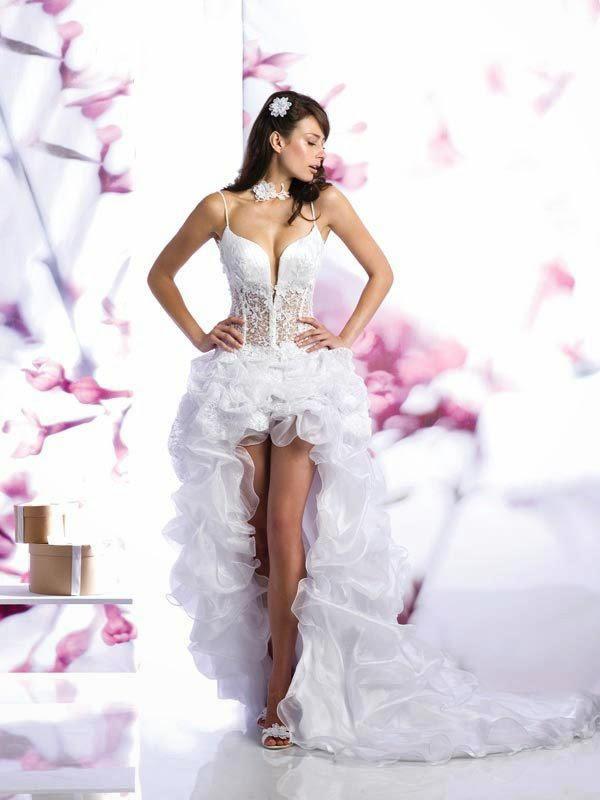 b07b4e6d29139 Tasarımlara can veren Dai gelinlik 2014 yılında sizin için yine en güzel  modelleri dikiyor. Bu sene kışkırtıcı bir model giyerek farklı bir gelinlik  ...