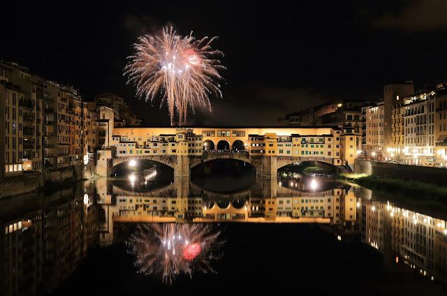 lo spettacolo pirotecnico di capodanno sul ponte vecchio di firenze