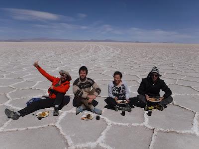 Alfonso y otros viajeros en Bolivia.