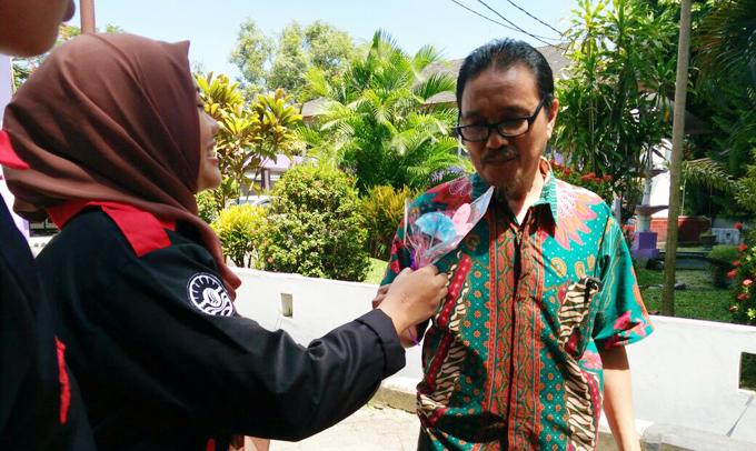 Peringati Bulan Bahasa, Himaprodi PBSI Makassar Bagi-bagi Bunga