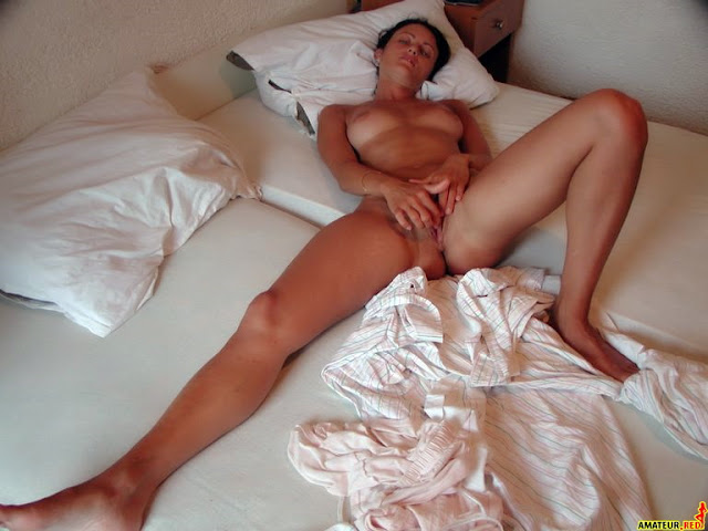 a naked girl on the bed masturbating