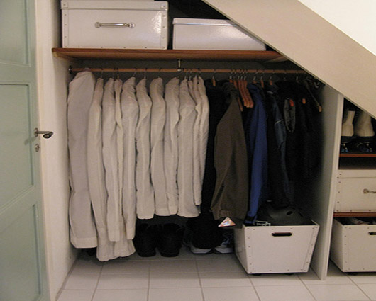 Usando el espacio debajo de la escalera escaleras for Closet en escaleras