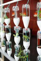 jardin vertical con botellas de plastico