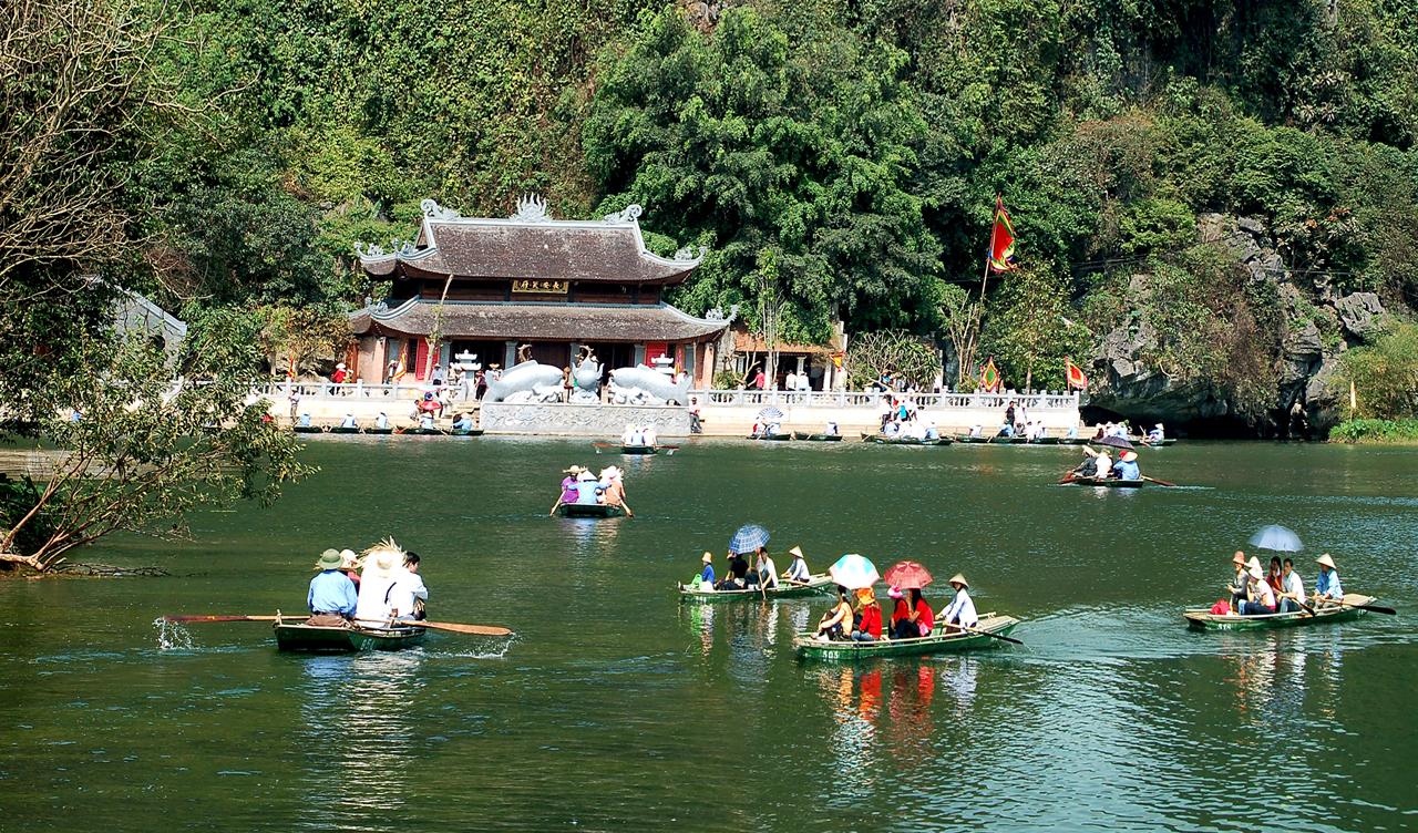 Du khách đi du lịch chùa Hương không chỉ để cúng lễ, cầu may mà còn để thưởng ngoạn phong cảnh non nước mênh mông, nên thơ của vùng đất Phật. Tuy ...