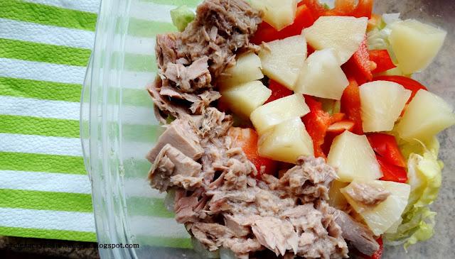Sałatkowy lunch box z ananasem i tuńczykiem