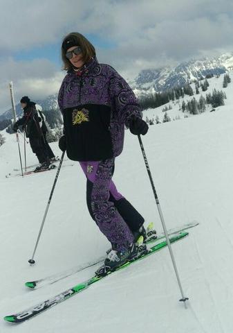 Sunny beim Skifahren im 25 Jahre alten Skioutfit