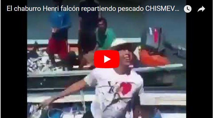 Henri Falsón repartiendo pescado por la campaña fraudulenta electoral