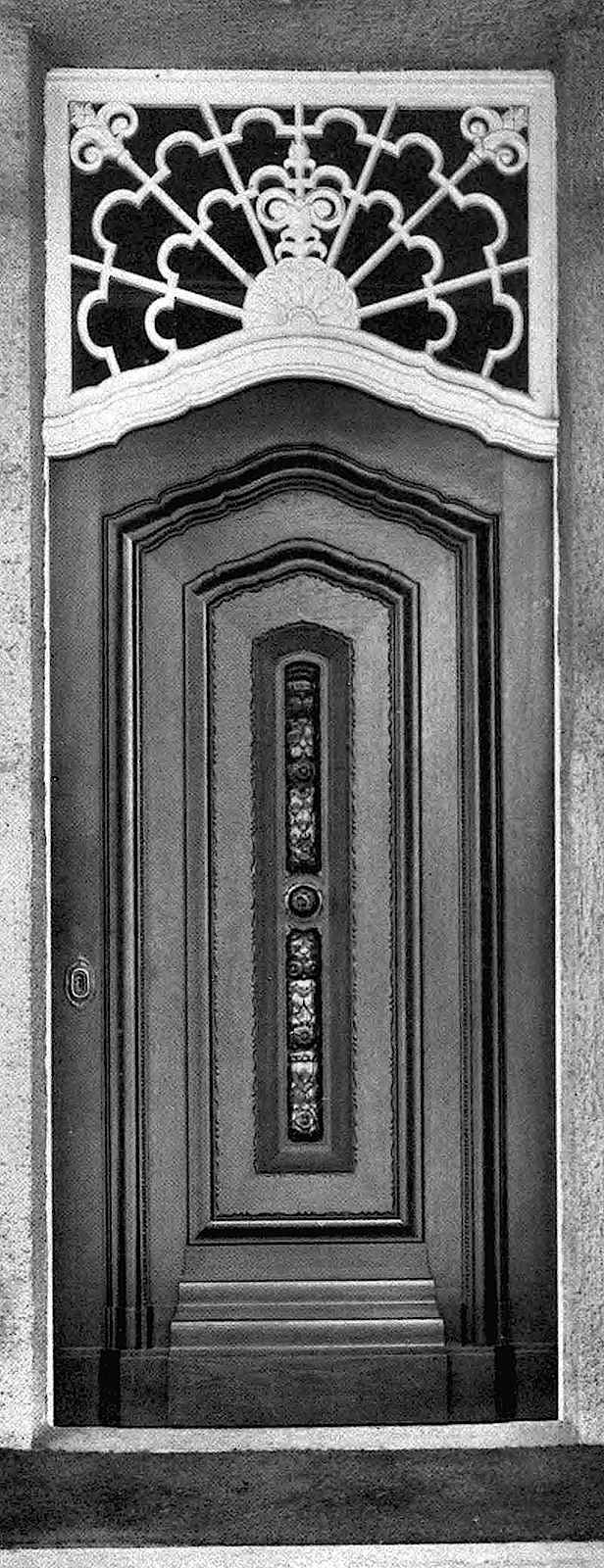 German 1912: a knob in  the center would still  allow the door to swing