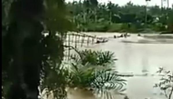 Jembatan gantung yang putus dan mengakibatkan belasan warga jatuh ke sungai dan terseret arus.
