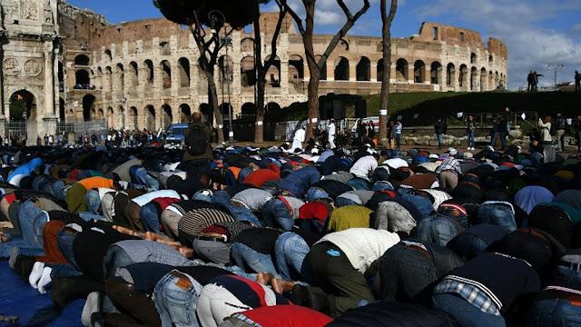 Μουσουλμάνοι προσεύχονται έξω από το Κολοσσαίο της Ρώμης
