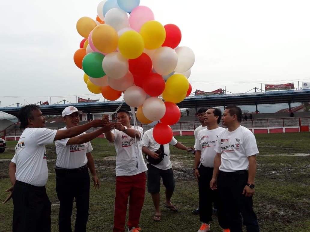 Ketua KPUD Taput Rudolf Sirait saat melepas balon ke udara guna meningkatkan partisipasi pemilih dalam pemilu serentak 17 April mendatang.