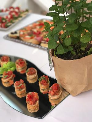 Bruschetta Finger Food, Hochzeit in Gelb, Sommer, Sonne, Natur, Sommerhochzeit am See in den Bergen, Riessersee Hotel Garmisch-Partenkirchen, Hochzeitsplanerin Uschi Glas