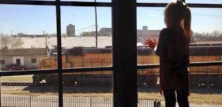 Κoριτσάκι στεκόταν επί 4 χρόνια σε ένα παράθυρο και χαιρετούσε τους οδηγούς τραίνου. Μια μέρα που δεν ήταν εκεί, η μαμά του είχε βάλει ένα σημείωμα