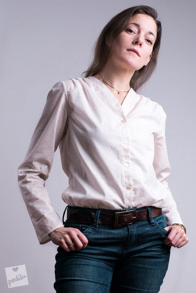 Boyfriend-Style – Bluse mit Jeans und Ledergürtel