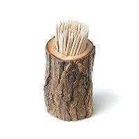 Ağaç gövdesi şeklinde yapılmış kürdanlık içinde duran kürdanlar