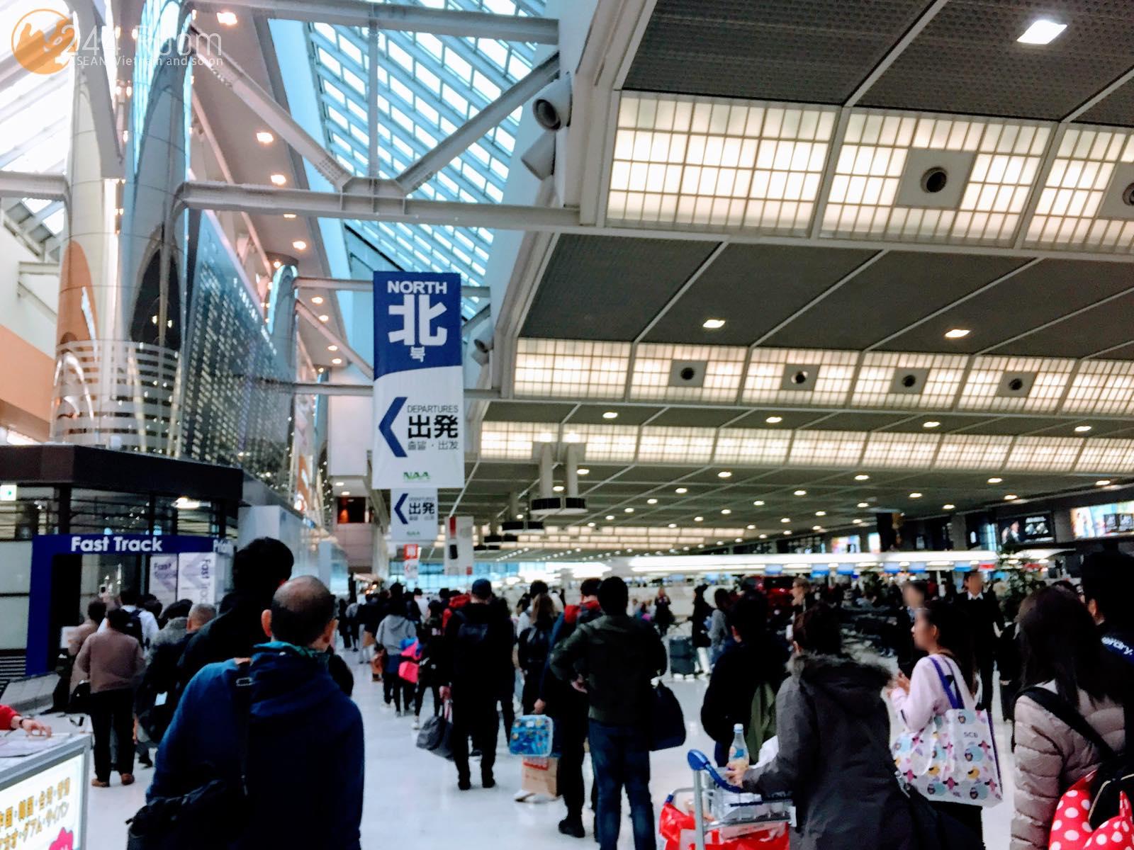 成田空港早朝出発口の行列 Departuregate-long-line