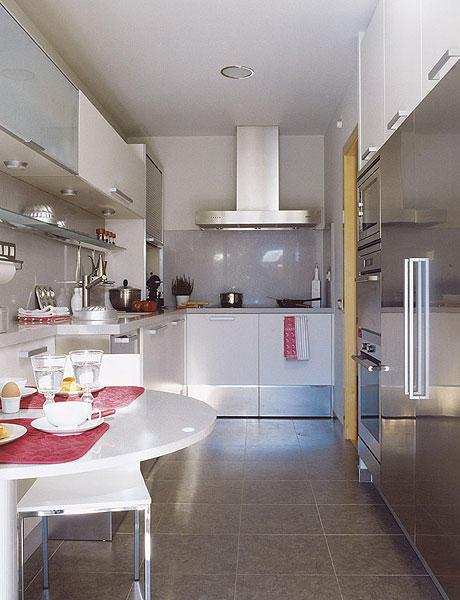 Hacer de una cocina estrecha un espacio funcional for Cocinas alargadas y estrechas