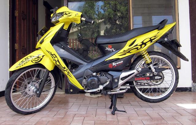 Foto Modifikasi Honda Revo dengan stiker strip hitam dibalut airbrush pada bodi motor dengan warna yang jreng yakni warna kuning tak lupa shockbreaker pun juga diwarna kuning untuk menyelaraskan warna pada bodi motor knalpot menggunakan merk R9 racing serta velg berukuran 17 inci