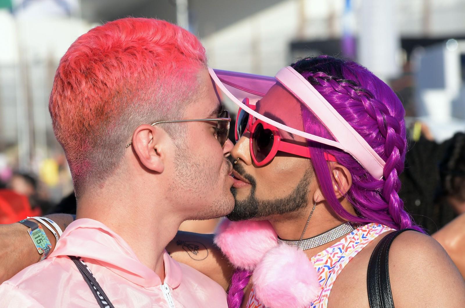 Casais do mesmo sexo colorem o primeiro dia do Rock in Rio; FOTOS