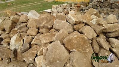 Pedra para construção de gruta, com esse tipo de pedra moledo com cor amarelada e tamanho variados até 50 cm.