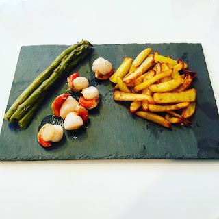 Servies avec asperges vertes et frites maison