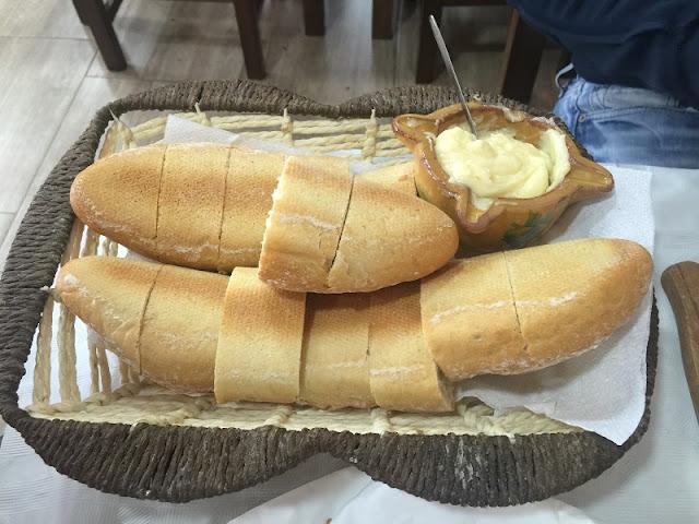 Bandeja de pan y allioli