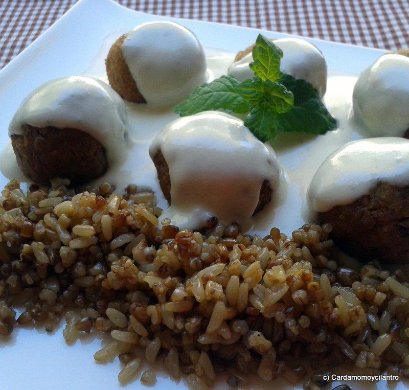 Cardamomoycilantro alb ndigas de seit n con salsa cuatro for Cocinar seitan