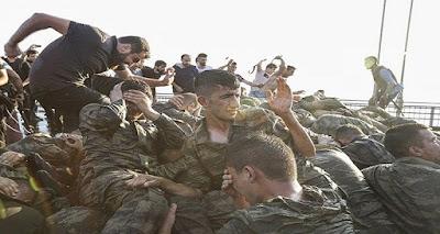 شاهد ماذا يفعل الآن الشعب التركي بعساكر الإنقلاب الفاشل