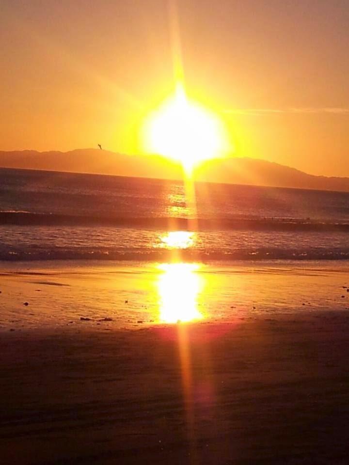sol brillando en el horizonte