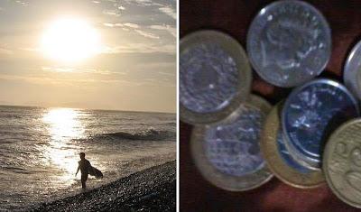 Uma pessoa na praia em contraste com moedas juntadas - Viver ou poupar