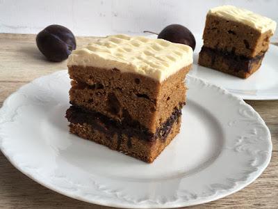 Pyszne ciasto z kremem przełożone śliwkami