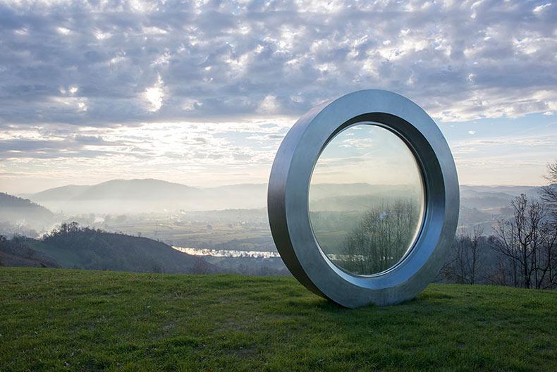Gigante lente agrietado es un monumento para el fotógrafo que fue disparado por un francotirador