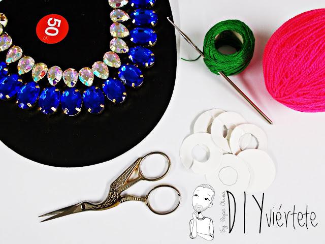 Materiales para customizar un collar con crochet y pompones de lana