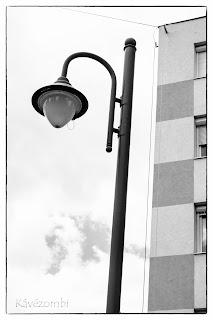 Lámpaoszlop kockás panelházzal Szegeden