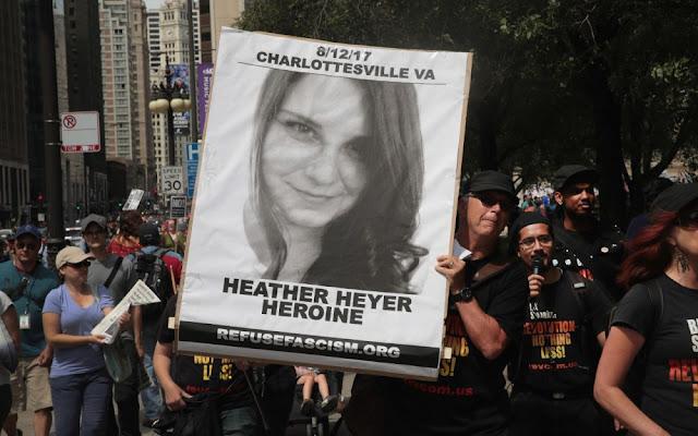 Photo d'un rassemblement en hommage à Heather Heyer avec un portrait géant