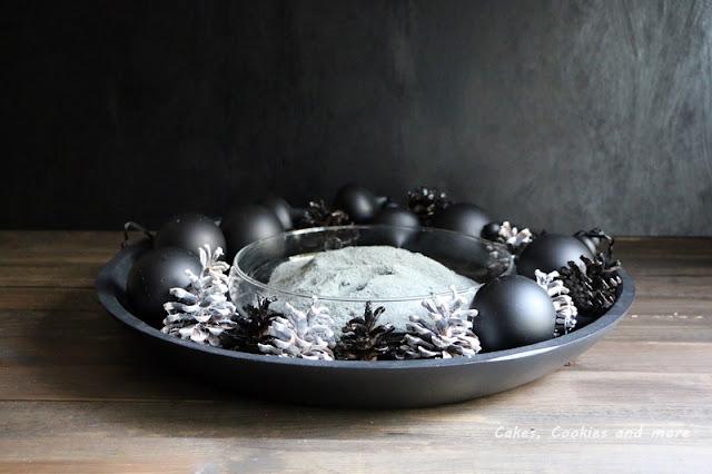 Schwarze Weihnachtskugeln und schwarz weisse Tannenzapfen