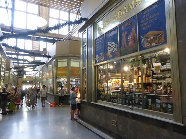 Interior del Queen Victoria Market y alguna de sus tiendas de delicatessem