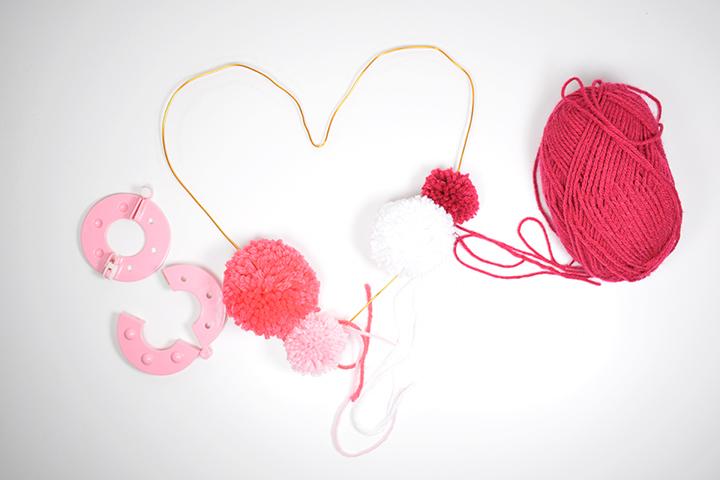 étape 3 diy coeur en pompons de laine