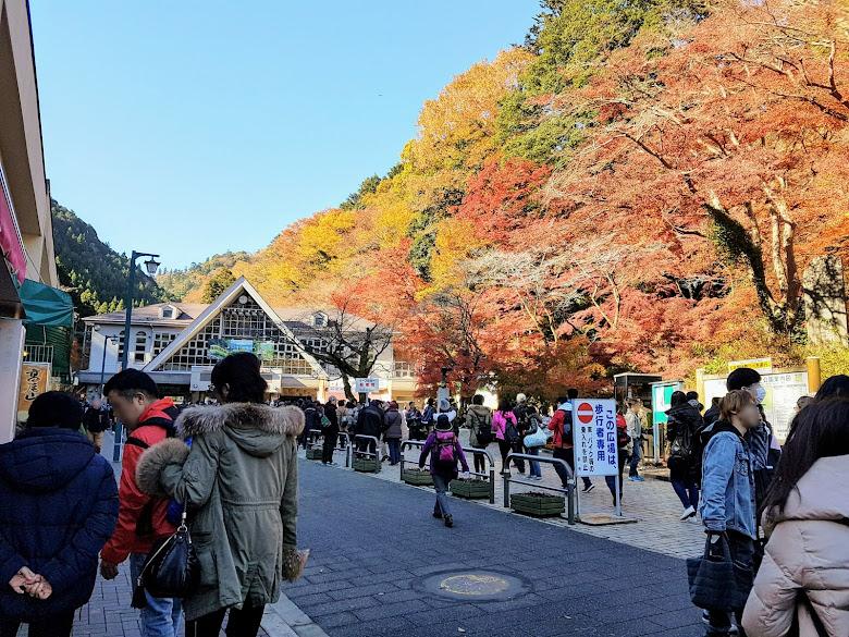 清瀧站前充滿著等待上山的人潮